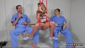 Массажист нежит обалденное тело брюнетки и возбуждает её на перепихон