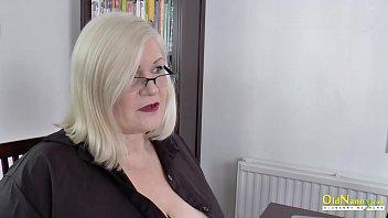 Большегрудая мама в нейлоне сношает саму себя вибратором