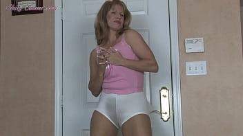 Секс на кровати с пышножопой негритяночкой в розовом лифчике
