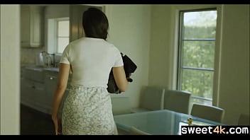 Девушки в спортивном зале занимаются зарядкой в обнаженном виде