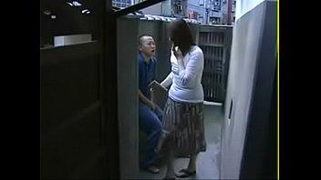 Лесбияночка с массивным задом приседает попкой на вибратор телки