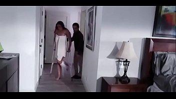 Милашка показывает свое тело с разных ракурсов в спальне