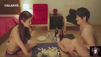 Молодая блондинка седлает фаллос режиссера на порно отборе, уложив его на кроватка