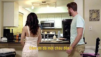 Отменно трахнул девушку на кухне и кончил на грудь, не снимая трусиков