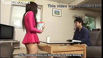 Молодая брюнетка играется секс забавками и дрюкается киской с мужчиной