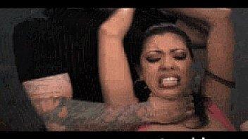 Пьяная шлюха-латинка танцует, лобызает и пялится с сожителем в презервативе на кроватке