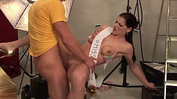 Молодчик принес тюльпан незнакомке и она решилась с ним на анальный секс