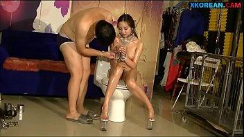 Молоденькая девочка мастурбирует пизду