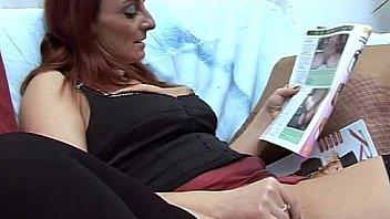 Мама вываливает литые груди и показывает технику мастурбации члена