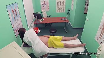 Грудастая белокурая шлюха спускает с секс игрушечки на хуй ухажера