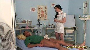 Юноша трахает сисястую медсестричку за бальзаковского