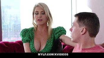 Лезбиянки обливают спутник друга апельсиновым смазкой и ебутся на столе