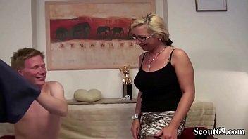 Парень во время массажа дал хрупкой китаянке на рот и вставил ей членом в дырку