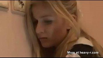 Блондиночка с сногсшибательным маникюром гарцюет на огромном пенисе хахаля