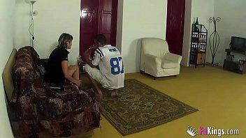 Молодых русских подруг сладострастно жарят в пилотку на дивана