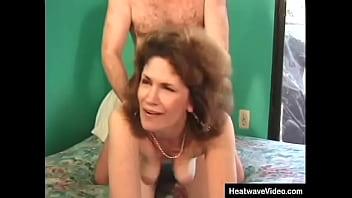 Брюнеточка с молодой подружкой по очереди лижут большой хуй приятеля