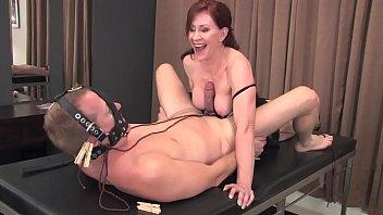 Девушка достает кончу в рот вскоре после тройного проникновения