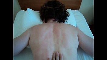 Обнаженная женщина с красным маникюром мастурбирует мужчине перед камерой