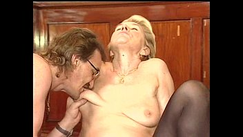 Тетке в латексе мастурбируют ее анал и она кончает