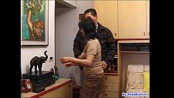 Сисястая девчушка и татуированный лысый перец занимаются оралом